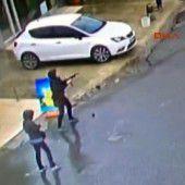 Zwei Frauen attackieren eine Polizeistation