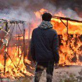 Migranten wehren sich gegen Lagerräumung