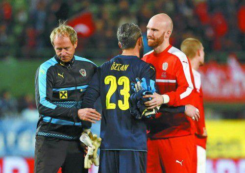 Tröstende Worte gab es für Ramazan Özcan von Tormann-Trainer Klaus Lindenberger und Robert Almer.