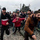 Migranten stürmen Grenzzaun