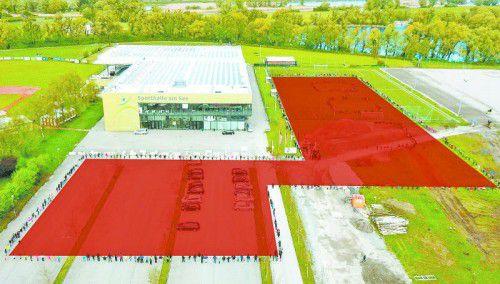 600 Schüler formten zum Spatenstich die Umrisse des neuen Gebäudes (rot markiert).