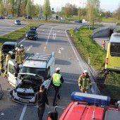 Unfall mit drei Autos und einem Linienbus