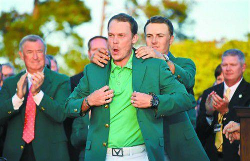 Der letzte Putt in Augusta hat gepasst, Danny Willett bekommt von Vorjahressieger Jason Spieth das grüne Jackett.