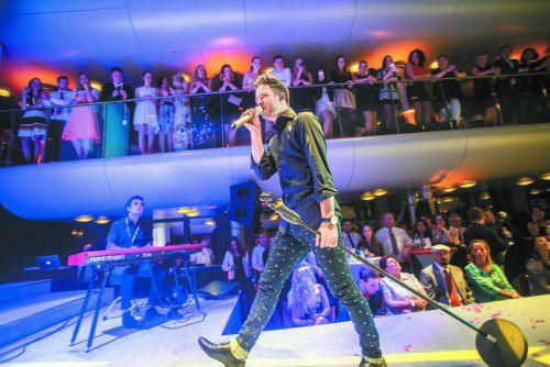Der Schweizer Sänger Luca Hänni heizte dem Publikum mit seiner Performance ein.