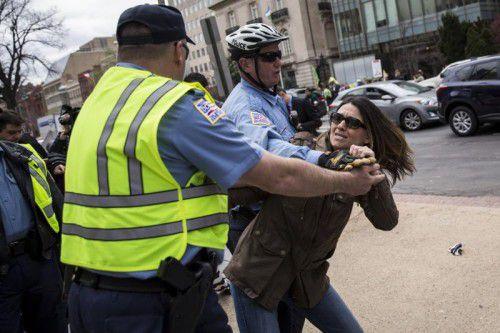 Der US-Polizei gelang es erst nach einiger Zeit, Leibwächter und Demonstranten zu trennen.