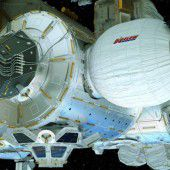 Spezial-Wohnmodul an Raumstation installiert