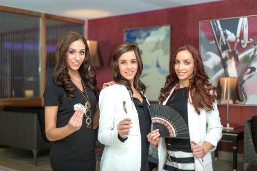 Die Teilnehmerinnen präsentieren sich in trendigen Outfits der Misswahl-Partner.