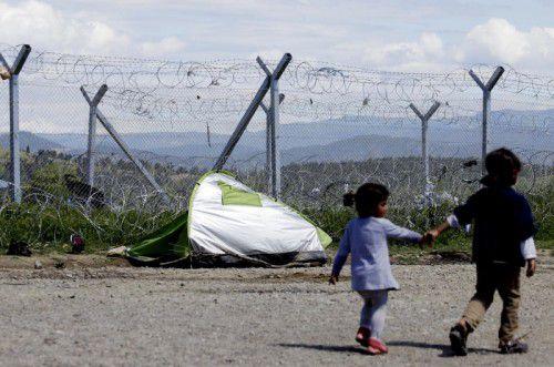 Ein Kind versteht nicht, warum an den Grenzen Zäune aufgezogen werden.