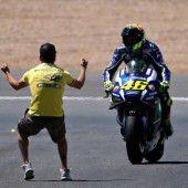 Rossi siegt im Marquez-Reich
