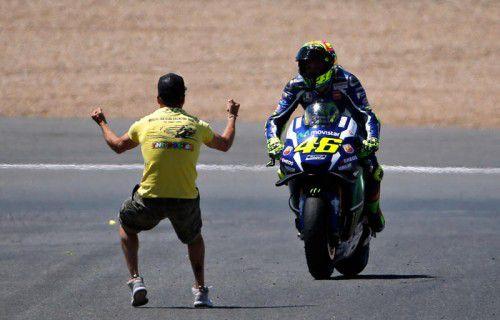 Ein Rossi-Fan jubelt nach dem Sieg in Jerez.