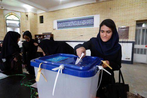 Eine Frau gibt im Ort Robat Karim ihre Stimme ab. Rund 17 Millionen Menschen waren zur Wahl aufgerufen.
