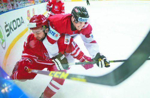 Einsatz war Trumpf beim WM-Duell zwischen Österreich gegen Polen in Kattowitz: Manuel Ganahl (r.) stoppt Krzysztof Zapala.