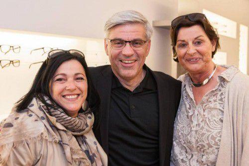 Erläuterte die Brillenpräsentation: Rudi Eykmann mit Maren und Monika Felder (l.).