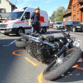 Motorradfahrer bei einer Kollision mit  Pkw schwer verletzt