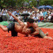 Ringkampf in Becken voller Gemüse