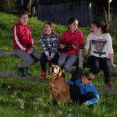 Singende Zaungäste mit Hund