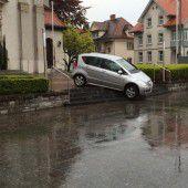 Auto auf Kirchentreppe geparkt