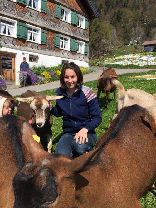 Kerstin Schwarz mit ihren Ziegen, um die sie sich nicht nur den Sommer über kümmert.