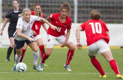 Lene Mykjaland (links), im Bild gegen Sarah Zadrazil und Laura Feiersinger erzielte den Siegtreffer für Norwegen.