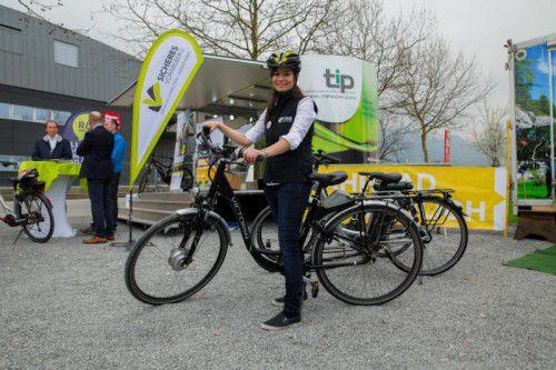 """Luzia Kremmel von der Initiative """"Sicheres Vorarlberg"""" betreut den E-Bike-Testparcours auf der Messe."""