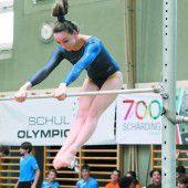 Turner zeigen bei den Schul Olympics auf