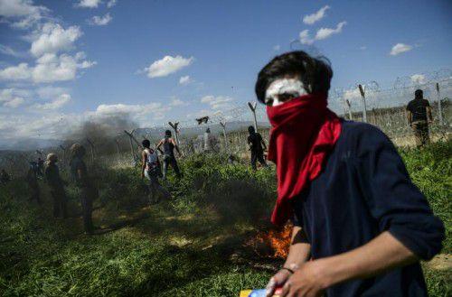 Zusammenstöße an der Grenze zu Mazedonien forderten am Sonntag Dutzende Verletzte.