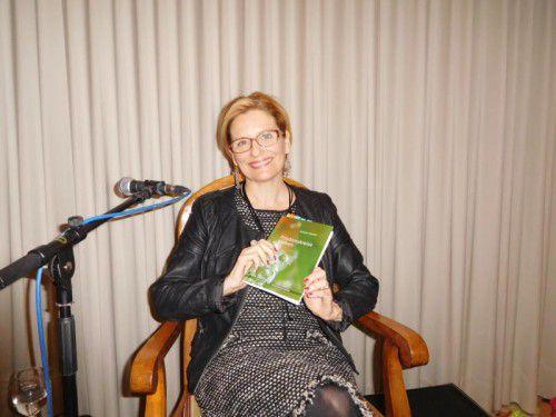 """Andrea Winder präsentierte ihr neues Buch """"Friedenskreise ziehen"""" im Raiffeisensaal in Dornbirn. 160 Besucher kamen zur Veranstaltung."""