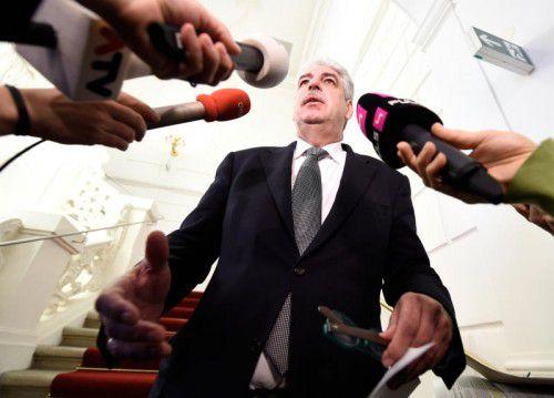 """Bankomatgebühr ja oder nein? Finanzminister Schelling musste sich am Montag nach dem """"Bankengespräch"""" erklären."""