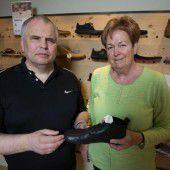 Blinder führt ein Schuhgeschäft