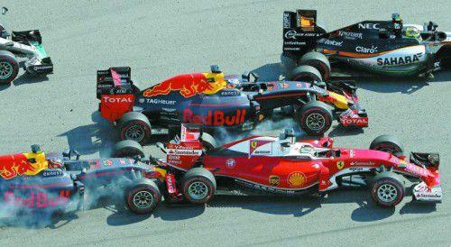 Daniil Kwjat rammt Sebastan Vettel von der Strecke, nach dem Start erwischt der Russe den Ferrari-Piloten gleich doppelt.