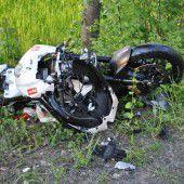 Führerloses Bike rast frontal gegen Auto
