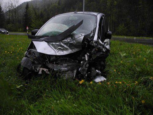 Das Wrack eines der beiden unfallbeteiligten Fahrzeuge, an denen Totalschaden entstand.