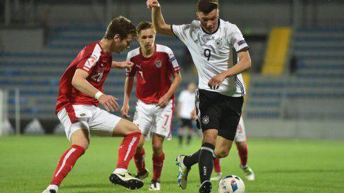 Der Deutsche Renat Dadasho (Nummer neun), Schütze zum 4:0-Endstand, im Duell mit Österreichs Christian Müller.
