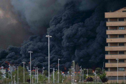 Der dicke, schwarze Rauch war mindestens 30 Kilometer entfernt noch zu sehen.