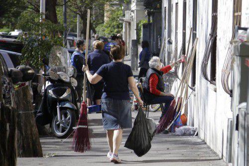 Die Bewohner der korruptionsgeplagten Stadt greifen selbst zu Schaufeln, Müllbeuteln und Farbeimern.