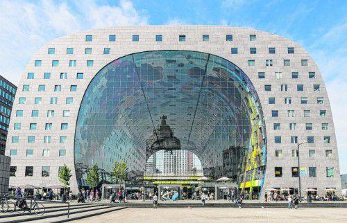 Die futuristische Markthalle sucht seinesgleichen und überrascht schon beim Eintreten mit einem riesigen Gemälde an der Decke.