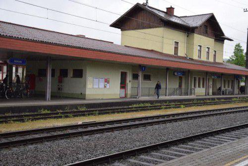 Götzis (links) gehört zu den Bahnhöfen, die noch nicht modernisiert wurden. Die Strecke Lauterach - St. Margrethen könnte sich verzögern. VN/Steurer, Ver