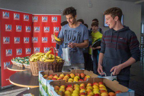 """Die SchülerInnen der HTL Bregenz nahmen die """"gesunde Jause"""" der Spar-Marke """"natur pur"""" gerne entgegenen. FOTO: Steurer"""