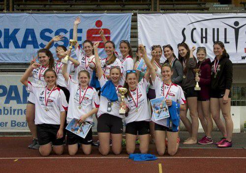 Die Top-3-Teams bei den Mädchen (l.) und Burschen beim Landesfinale des Faustball-Schulcups der Oberstufe.