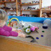 Flüchtlingskinder durch Spielen und Malen heilen