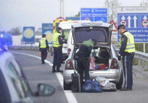 Ein Autofahrer wird am Grenzübergang Nickelsdorf im Burgenland kontrolliert.