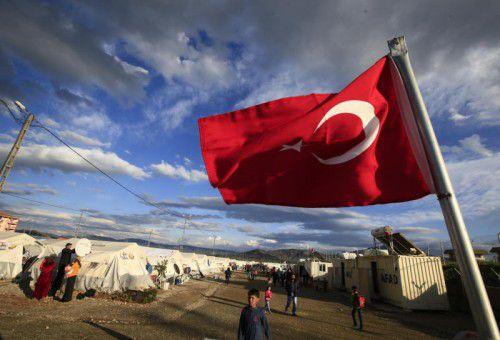 Eine türkische Flagge weht über einem Flüchtlingslager. Die Visafreiheit ist Teil des Asylpaktes mit Ankara.