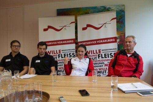 Elisa Hämmerle bei ihrem ersten öffentlichen Auftritt nach der Achillessehnen-OP mit Dr. Marc Sohm, Manuel Hofer und Laurens Van der Hout, dem Nationaltrainer der heimischen Turnerinnen (v. l.).