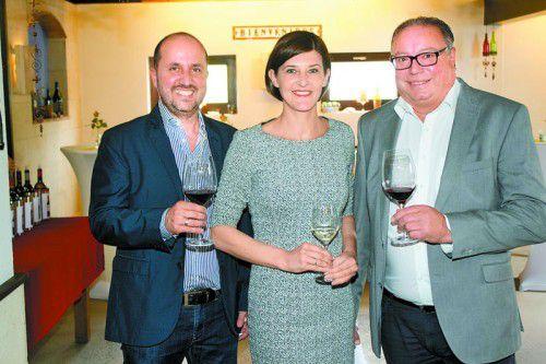 Eröffneten die Degustationswoche: Manuel (l.) und Beate Espinoza-Mayr mit Raimund Mennel.