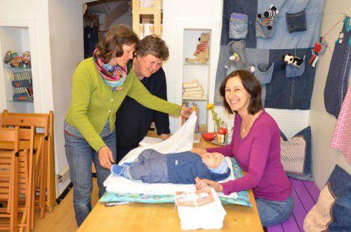 Evi Kettner und Isolde Adamek zeigen Julians Mutter Michaela Ganahl (v. l.) verschiedene Wickeltechniken.