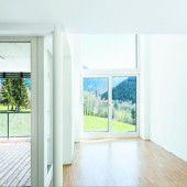 Fallbeispiel Loggia neben Luftraum: Der hohe Einschnitt bringt merkbar mehr Luft, Licht und Aussicht in die Wohnung.