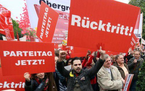 Nach dem Debakel im ersten Wahlgang haben die Genossen ihren damaligenKanzler Faymann am 1. Mai mit Buhrufen empfangen. AP