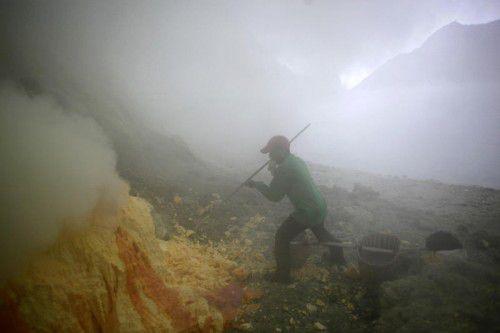 Gefährliche Schwerarbeit: Mit Schaufeln und Brechstangen lösen die Bergarbeiter die Schwefelplatten.