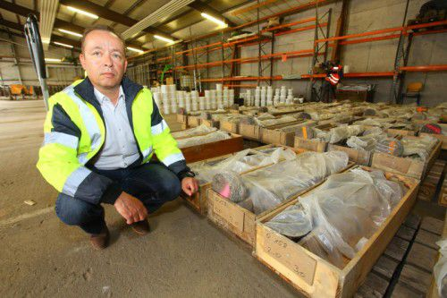 Geschäftsführer Thomas Habermann mit dem gesammelten Material in der Lagerhalle.