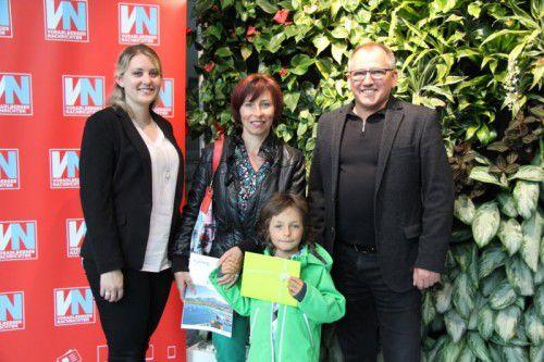 Gewinnerin Ines Terian (Mitte) nimmt mit Sohn Alexander den Preis von Georg Flatz (VN) und Natalie Maitz (Rhomberg Reisen) entgegen.